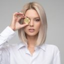 https://www.pexels.com/de/foto/bitcoin-blond-brille-business-1037914/